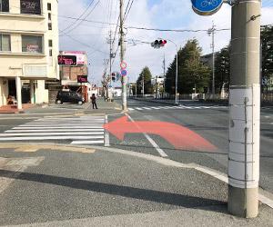 坂を上りきると信号があるので左折し、聖隷住吉病院の方へ向かいます。浜松学院高校が目印です。