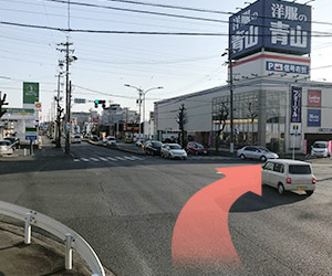 城北工業の交差点を右に曲がります。ファミリーマート、洋服の青山が目印です。